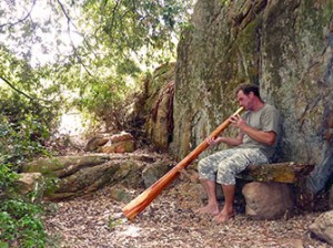 Energie tanken an einem magischen Platz mit einem Didgeridoo. Recharge your batteries in a magical place with a didgeridoo.