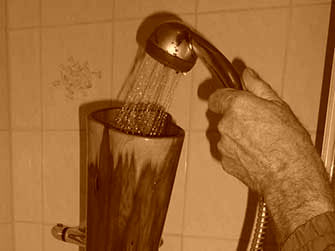 Didgeridoo mit der Brause gut durchspülen. Didgeridoo flush thoroughly with the shower.