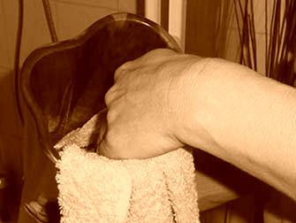 Das Yidaki mit einem Handtuch trocken reiben. The Yidaki rub dry with a towel.